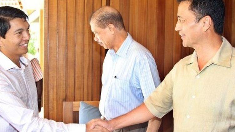 Rencontre entre Rajoelina et Ravalomanana, aux Seychelles, le 24 juillet 2012. (AFP/STRINGER)
