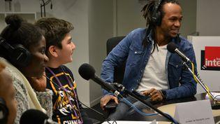 Des collégiens ont interviewé le chanteur lyrique Anas Séguin au micro de franceinfo junior, dans un studio de Radio France. (ESTELLE FAURE / FRANCEINFO)
