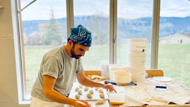 Pendant la crise sanitaire, Emmanuel est passé du secteur de la musique à celui du pain. (Ecole internationale de boulangerie, Sisteron.)