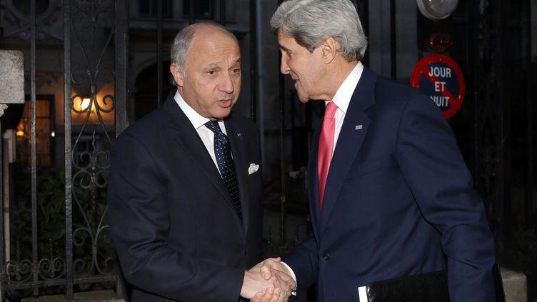 Laurent Fabius, ministre des Affaires étrangères (G), et John Kerry, Secrétaire d'Etat américain, avant une réunion sur la Syrie avec le chef de la diplomatie russe, Sergei Lavrov, à Paris,le 27 mai 2013. (FREDERIC DE LA MURE / AFP)