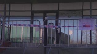 Plus d'une dizaine de cas positifs au variant sud-africain ont été détectés au sein des écoles de Chambourcy (Yvelines). La mairie lance un dépistage massif avec séquençage pour limiter la propagation et repousse la rentrée scolaire, qui devait avoir lieu lundi 29 février. (FRANCE 2)