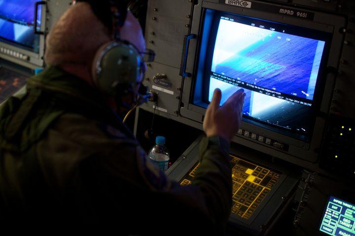 Un officier australien analyse des images radar du survol de l'océan Indien, à la recherche de débris du Boeing disparu de la Malaysia Airlines. (RICHARD WAINWRIGHT / AFP)
