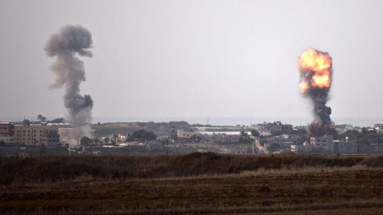 De la fumée après des raids aériens israéliens dans le sud de la bande de Gaza le 16 novembre 2012. (JACK GUEZ / AFP)
