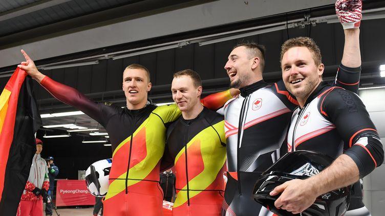 Les Allemands Francesco Friedrich et Thorsten Margis avec les Canadiens Alexander Kopacz et Justin Kripps, unis avec l'or olympique à PyeongChang (MARK RALSTON / AFP)