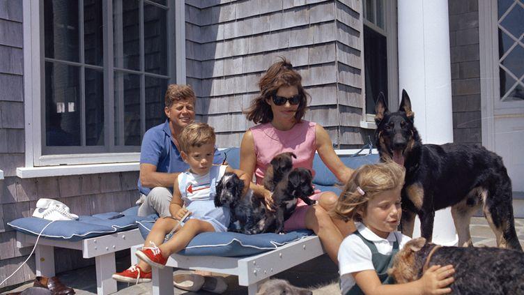 Le 14 Aout 1963, John F. Kennedy, Jacqueline Kennedy et leurs enfants Caroline et John F. Jr dans leur maison de Hyannis Port, dans le Massachusetts (Etats-Unis). (CECIL STOUGHTON-WH PHOTOGRAPHS / JFK PRESIDENTIAL LIBRARY / AFP)