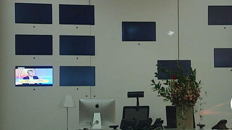 Capture d'écran d'un reportage montrant des écrans noirs au siège de TV5 Monde, le 9 avril 2015, à Paris. ( FRANCE 2 / FRANCE TV INFO )