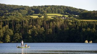 Le lac de rétention dePannecière, dans la Nièvre, en juin 2008. (RIEGER BERTRAND / HEMIS.FR / AFP)