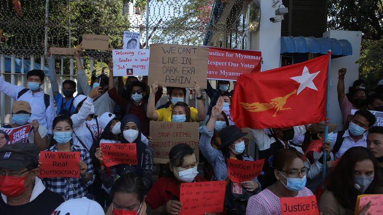 Des manifestants protestent contre le coup d'Etat militaire en Birmanie devant le bureau de l'ONU à Rangoun, le 10 février 2021. (AFP)