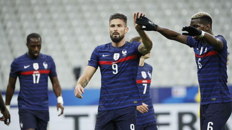 Olivier Giroud, félicité par Paul Pogba pour son 43e but international face à la Suède (STEPHANE ALLAMAN / STEPHANE ALLAMAN)