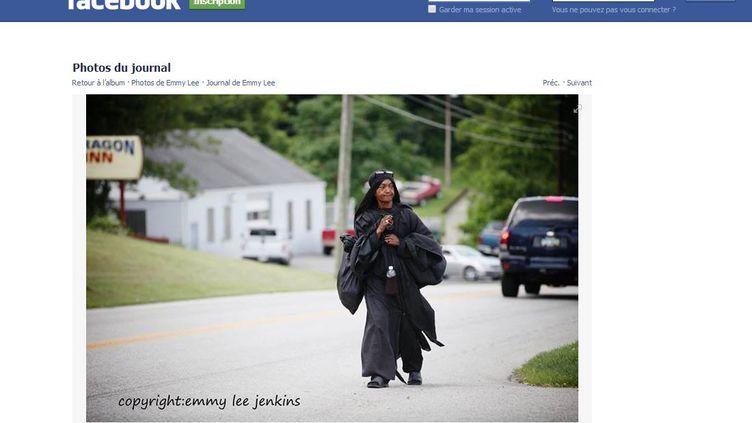 """Capture d'écran d'une photo postée par une Américaine sur la page Facebook """"Where is the woman in black?"""", le 24 juillet 2014. (  FRANCETV INFO )"""