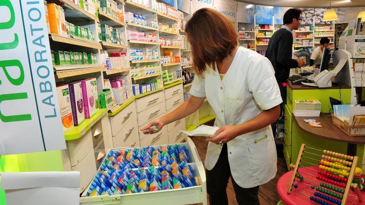 Une pharmacienne à Saint-Pol-de-Léon (Finistère), le 25 septembre 2013. (MAXPPP)
