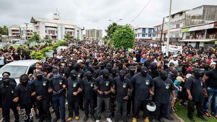 Des centaines de personnes manifestent à Cayenne (Guyane), le 28 mars 2017. (JODY AMIET / AFP)