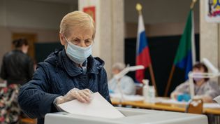 Une femme vote pour les élections législatives, à Khabarovsk, dans l'extrême-orient russe, le17 septembre2021. (DENIS DMITRIYEV/TASS/SIPA USA/SIPA / SIPA USA)