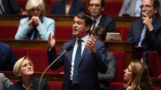 Manuel Vallss'exprime devant l'Assemblée nationale, à Paris, le 2 octobre 2018. (CHRISTOPHE ARCHAMBAULT / AFP)