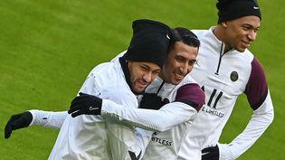 Neymar (D) à l'entraînement avec Di Maria (C) et Mbappé (G) à Munich en Allemagne le 6 avril, à la veille du choc face au Bayern. (CHRISTOF STACHE / AFP)