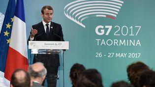 Le président français Emmanuel Macron lors d'une conférence de presse au sommet du G7, à Taormina (Sicile), le 27 mai 2017. (STEPHANE DE SAKUTIN / AFP)