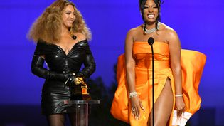 "Beyoncé et Megan Thee Stallion reçoivent le prix de la meilleure performance rap pour ""Savage"" lors des Grammy, le 14 mars 2021 à Los Angeles (Etats-Unis). (KEVIN WINTER / GETTY IMAGES NORTH AMERICA / AFP)"