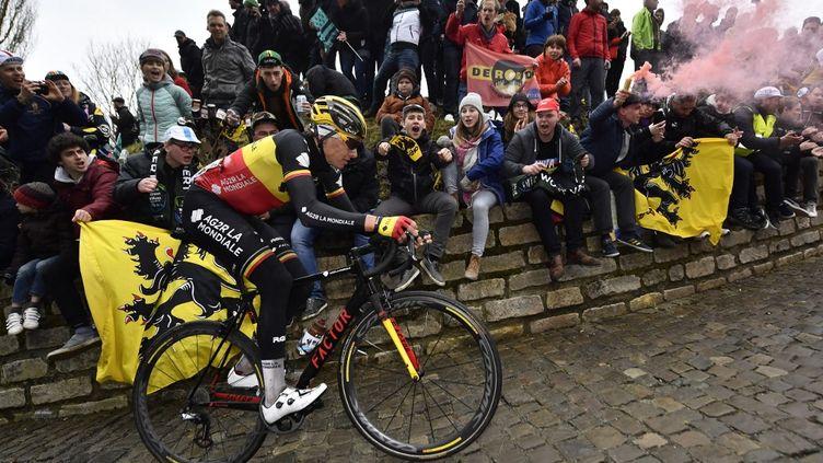 Oliver Naesen (AG2R La Mondiale) dans le Mur de Geraardsbergen lors de la 102e édition du Tour des Flandres, le 1er avril 2018. (DIRK WAEM / BELGA MAG)