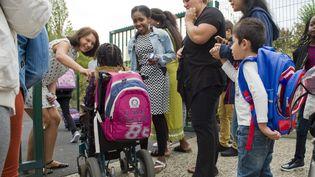 Une élève handicapée arrive dans son école. (THIERRY ZOCCOLAN / AFP)