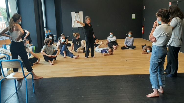 Cours d'expression corporelle pour les 16 nouveaux élèves àl'école supérieure nationale des arts de la marionnette à Charleville-Mézières (Ardennes). (SÉBASTIEN BAER / RADIO FRANCE)