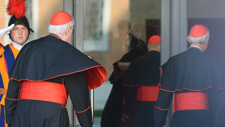 Des cardinaux arrivent au Vatican pour les discussions en prévision du conclave, le4 mars 2013. (VINCENZO PINTO / AFP)