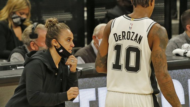 Becky Hammon donne ses consignes à DeRozan (RONALD CORTES / GETTY IMAGES NORTH AMERICA)