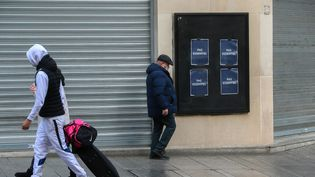 """Le cinéma UGC fermé avec des affiches """"non essentiel"""", à Nancy (Meurthe-et-Moselle), le 21 décembre 2020. (NICOLAS GUYONNET / HANS LUCAS / AFP)"""