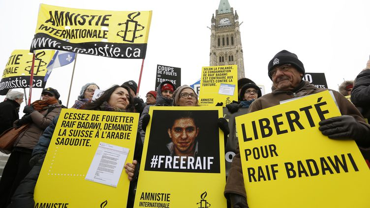 Des militants d'Amnesty International manifestent pour la libération de Raif Badawi, le 29 janvier 2015 à Ottawa (Canada). (CHRIS WATTIE / REUTERS)