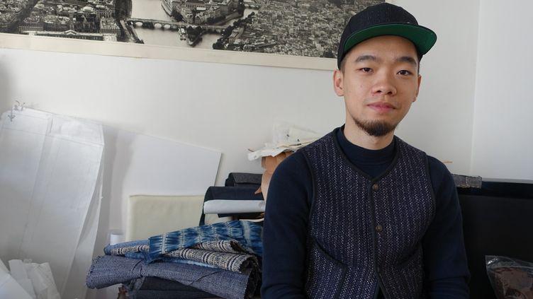 Le créateur chinois Zhikai Yang dans son appartement parisien en mars 2017  (Corinne Jeammet)