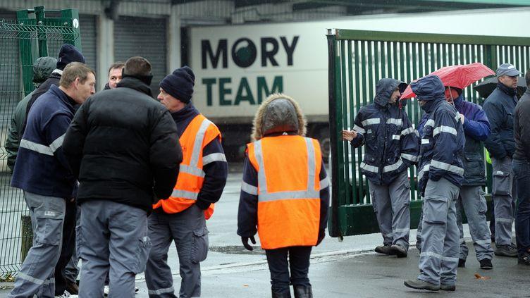 Des salariés de Mory Ducros bloquent l'accès au site de Lesquin (Nord), le 15 janvier 2014. (PHILIPPE HUGUEN / AFP)