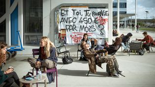 Desétudiants sont réunis devant l'université Jean Jaurès, à Toulouse, le 12 novembre 2019. (LILIAN CAZABET / HANS LUCAS)