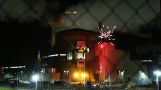 Les militants de Greenpeace ont allumé un feu d'artifice dans la centrale nucléaire de Cattenom, en Moselle. (GREENPEACE / TWITTER)