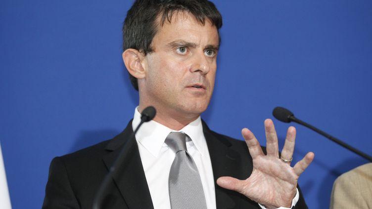 Le ministre de l'Intérieur, Manuel Valls, le 11 septembre 2012 lors d'une visite de commissariat à Saint-Ouen (Seine-Saint-Denis). (MARC MENOU / MAXPPP)