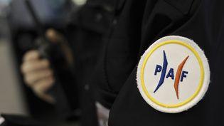 Un agent de la police aux frontières, en décembre 2009, à l'aéroport de Roissy-Charles-de-Gaulle (Val-d'Oise). (  MAXPPP.)