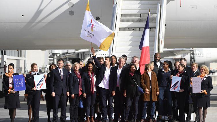 La délégation française pour les Jeux olympiques de 2024, avec au centre Tony Estanguet et Anne Hidalgo, le 15 septembre 2017 à l'aéroport de Roissy. (ERIC FEFERBERG / AFP)