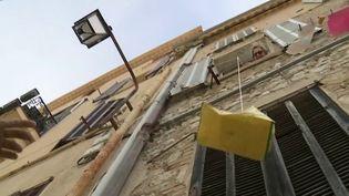 Afin d'aider leurs voisins isolés, des habitants de Cannes (Alpes-Maritimes) ont pris l'initiative de venir sous leurs fenêtres pour discuter. (France 2)