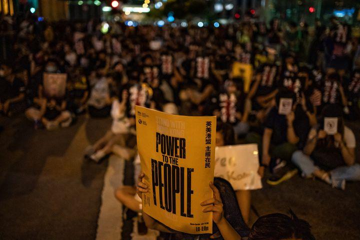 """""""Le pouvoir au peuple"""", demande ce militant lors de la manifestation du 16 août 2019 à Hong Kong. (ANTHONY KWAN / GETTY IMAGES ASIAPAC)"""