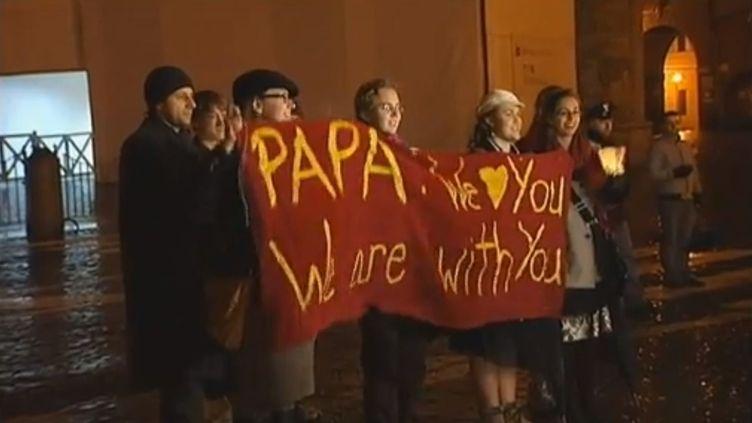 Des Romains sur la place Saint-Pierre de Rome sont venus soutenir le pape Benoît XVI, dans la nuit du 11 au 12 février. ( FRANCE 2 / FRANCETV INFO)