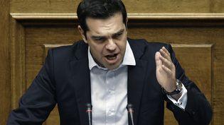 Alexis Tsipras, le 27 juin 2015, lors de son discours devant le Parlement grec. (ANGELOS TZORTZINIS / AFP)