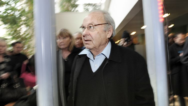 """Le dessinateur Siné lors de son procès, le 27 janvier 2009 à Lyon (Rhône), après une chronique parue l'année précédente dans """"Charlie Hebdo"""". (PHILIPPE MERLE / AFP)"""