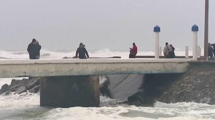 La tempête Ciara a déjà fait des dégâts mineurs sur la moitié nord du pays dimanche 9 février. Des vents violents sont attendus dans la nuit. (France 3)