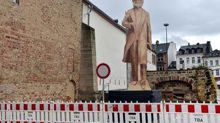Une silhouette en boisinstallée à Trèves (Allemagne) et photographiée le 1er mars 2017, dans le cadre du projet de statue de Karl Marx, haute de 6,30 mètres. (HARALD TITTEL / DPA / AFP)