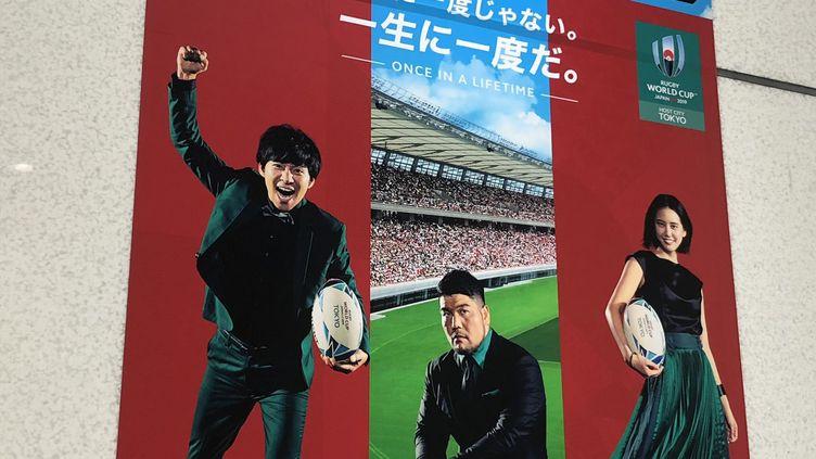 Une affiche pour la Coupe du monde de rugby dans une rue de Tokyo (FANNY LECHEVESTRIER / FRANCEINFO / RADIO FRANCE)