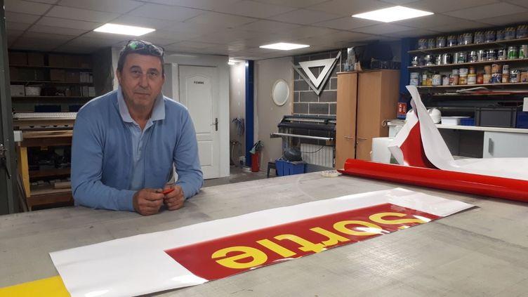 Philippe Saffer, le patron d'Images de Marques, une PME qui fabriquenotamment des enseignes lumineuses, soulagé de voir que les commandes reprennent grâce au deconfinement mais redoute les mois à venir, le 4 juin 2020. (FARIDA NOUAR / RADIO FRANCE)