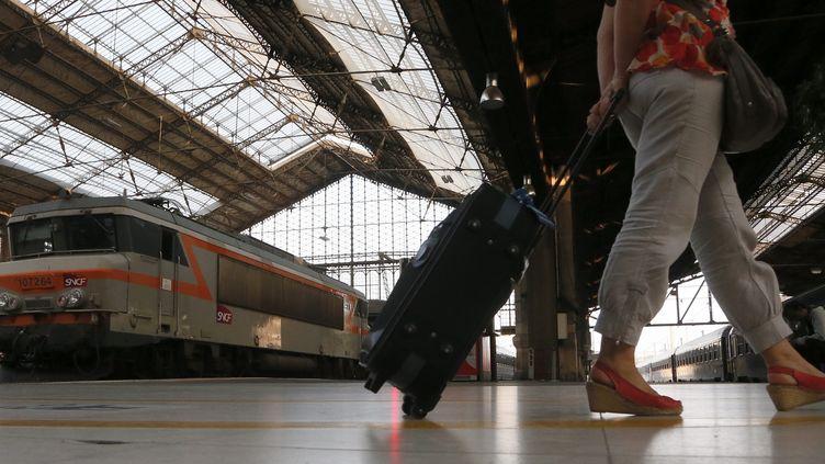 Une passagère attend son train à la gare d'Austerlitz (Paris), le 12 juillet 2013. (MAXPPP)