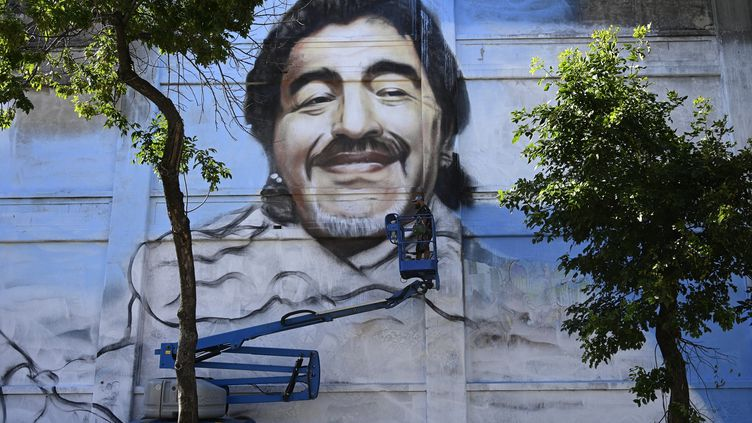 La fresque de Diego Maradona réalisée par l'artisteAlfredo Segatori. (JUAN MABROMATA / AFP)