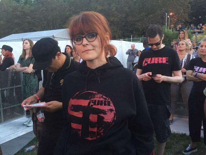 Les T-shirts de The Cure se ramassaient à la pelle vendredi 23 août 2019 à Rock en Seine. Une fan juste avant le coup d'envoi du concert de Robert Smith et les siens. (LAURE NARLIAN / FRANCE INFO)
