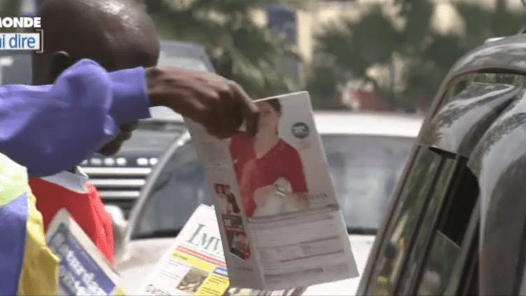 Vendeurs de journaux à Kigali (TV5MONDE)