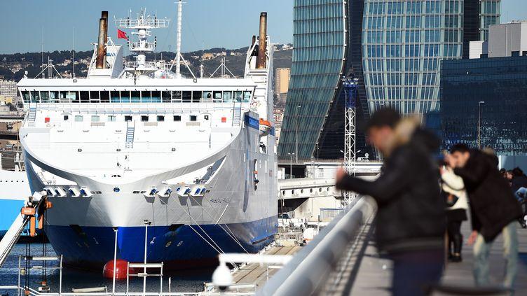 Un ferry de la SNCM à quai, à Marseille (Bouches-du-Rhône), en janvier 2015. (ANNE-CHRISTINE POUJOULAT / AFP)