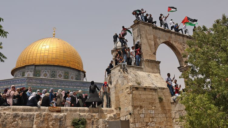 Des Palestiniens musulmans se réunissent sur l'esplanade de la mosquée al-Aqsa à Jerusalem-Est (Israël), vendredi 21 mai 2021. (AHMAD GHARABLI / AFP)